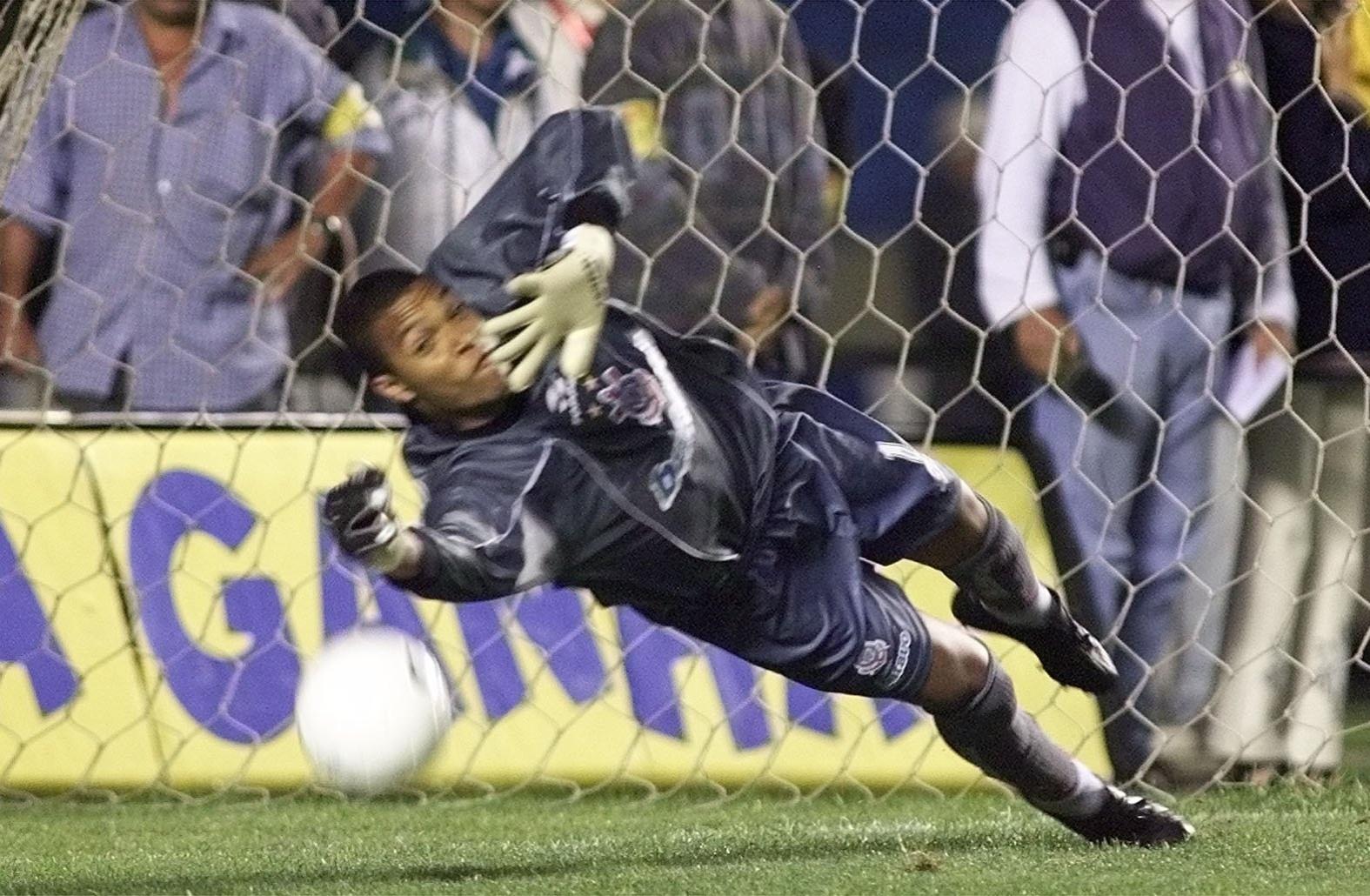 14102013---dida-goleiro-do-corinthians-se-estica-para-defender-o-penalti-cobrado-por-rai-em-1999-1381776869071_1575x1030